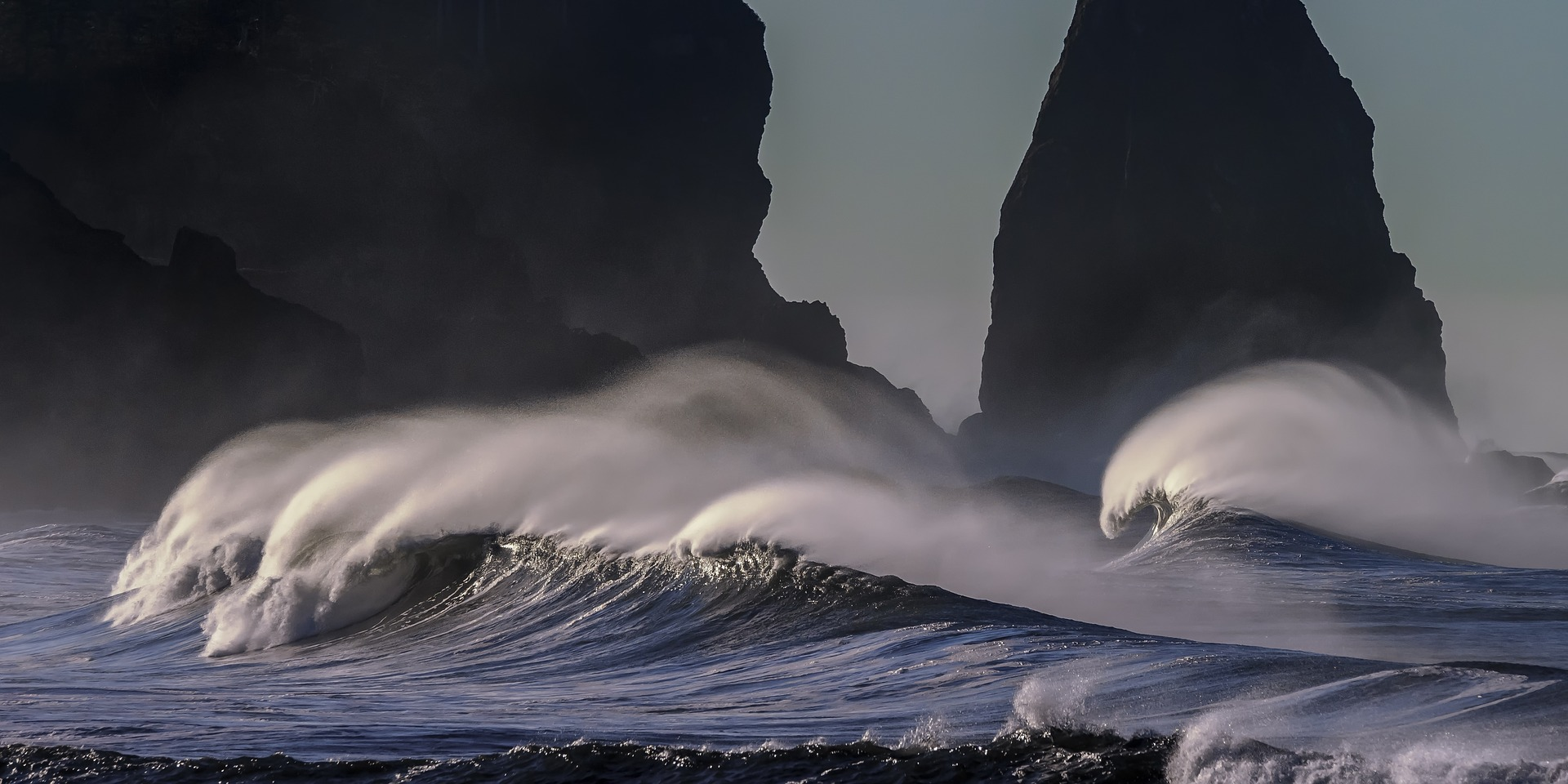 Stürmische Meeresbrandung - mit Achtsamkeit die Wellen reiten